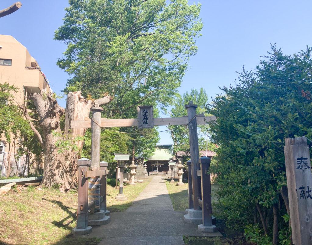 小机町の「住吉神社」、鳥居が特徴的。